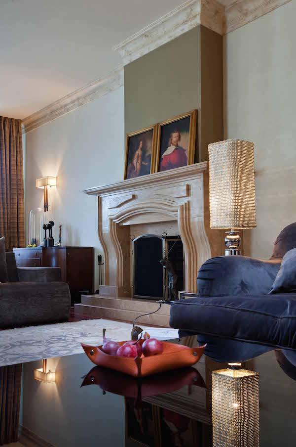 Класичний мармуровий камін у вітальні